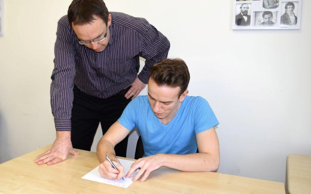Inštrukcije fizike dijak vadi pod vodstvom profesorja Roka Strehovca