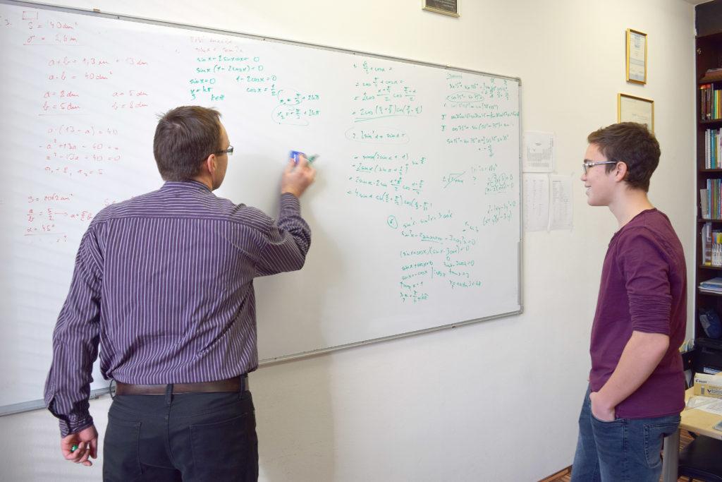 Inštrukcije matematike profesor razlaga dijaku